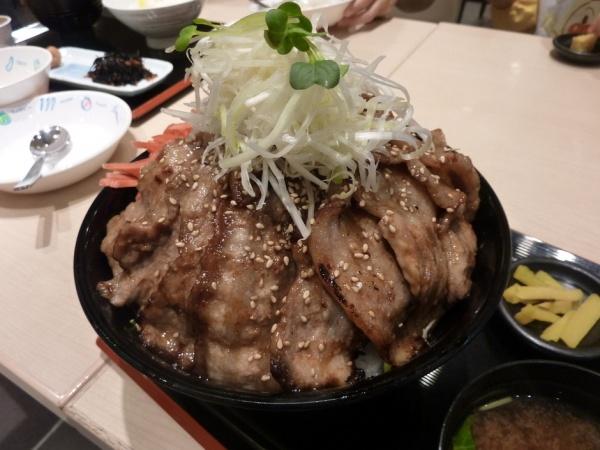 茨城県:友部SA(上下)豚バラが16枚ものっている豚丼 「筑波山」