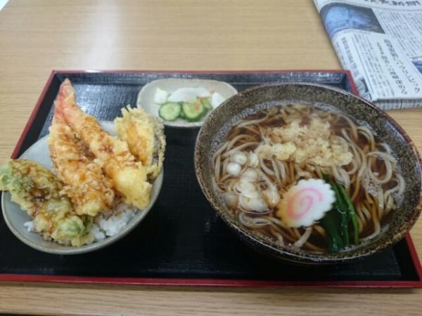 麺工房秋田の「ミニ海老天丼と田舎そばセット」¥950